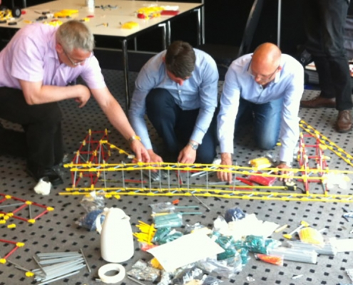 Teambuilding grote groepen bruggen bouwen